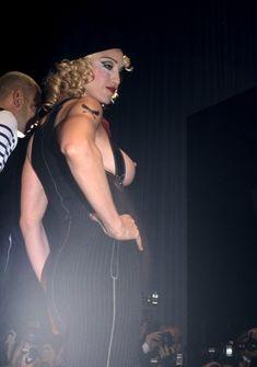 Мадонна показала голую грудь на Fashion Show фото #5
