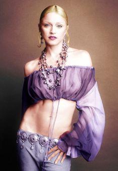 Голая грудь Мадонны в прозрачной блузке для итальянского выпуска журнала Vogue фото #1