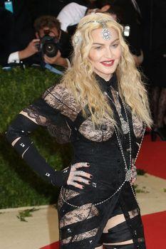 Прозрачное платье Мадонны на Givenchy At Met Gala фото #3