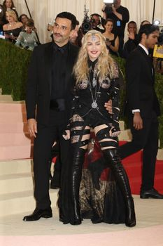 Прозрачное платье Мадонны на Givenchy At Met Gala фото #4