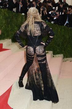 Прозрачное платье Мадонны на Givenchy At Met Gala фото #9