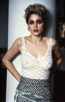 Голые соски Мадонны в прозрачном наряде для фотосессии фото #1