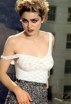 Голые соски Мадонны в прозрачном наряде для фотосессии фото #3