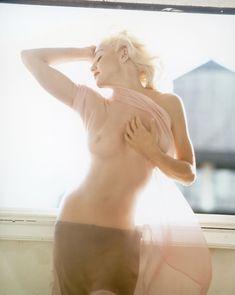 Нежная Мадонна позирует топлесс для Vanity Fair фото #1