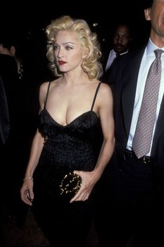 Мадонна в платье с открытым декольте на Tribute to Andrew Lloyd Weber фото #3
