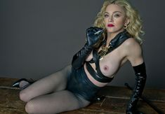 Мадонна продемонстрировала голую грудь для L'Uomo Vogue фото #2