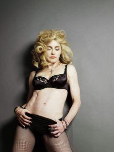 Мадонна продемонстрировала голую грудь для L'Uomo Vogue фото #3