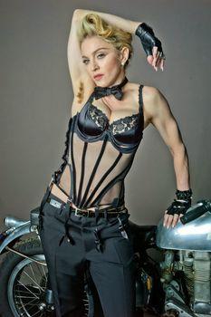 Мадонна продемонстрировала голую грудь для L'Uomo Vogue фото #4