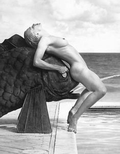 Раздетая Мадонна на бронзовом карпе из книги «Секс» фото #1