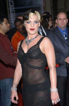 Пинк в прозрачном платье на Annual American Music Awards фото #1