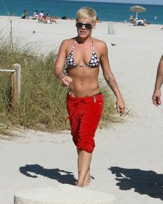 Горячая Пинк в маленьком бикини на пляже фото #1