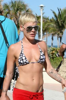 Горячая Пинк в маленьком бикини на пляже фото #3