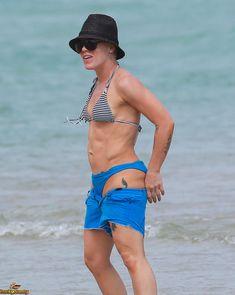 Спортивная Пинк в бикини на пляже Майами фото #2