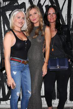 Джоанна Крупа в платье без лифчика в Западном Голливуде фото #15