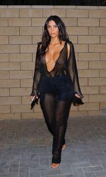 Откровенный наряд Ким Кардашьян в Беверли-Хиллз фото #1