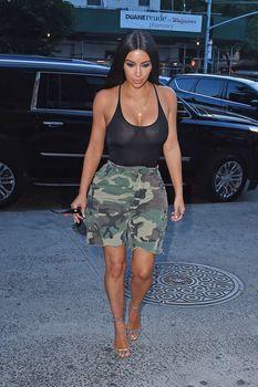 Засвет груди Ким Кардашьян на шопинге фото #2