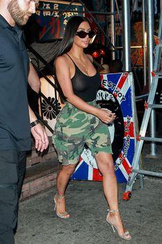 Засвет груди Ким Кардашьян на шопинге фото #6