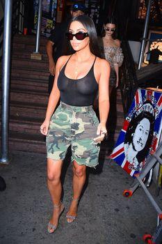 Засвет груди Ким Кардашьян на шопинге фото #7