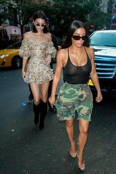 Засвет груди Ким Кардашьян на шопинге фото #13