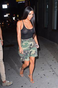 Засвет груди Ким Кардашьян на шопинге фото #15