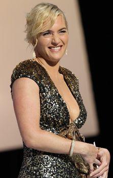 Кэйт Уинслет в платье с глубоким декольте на Cesar Awards фото #6