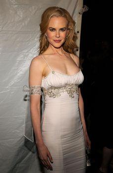 Николь Кидман с открытым декольте на Glamour Women of the Year Awards фото #4