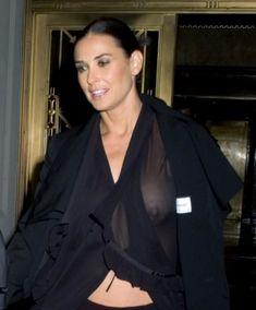 Деми Мур без лифчика в прозрачной блузке фото #1