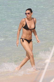 Сексуальная Деми Мур в бикини гуляет по пляжу фото #1