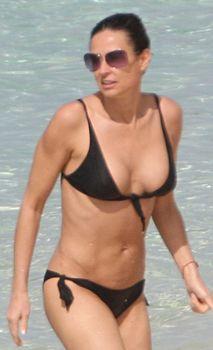 Сексуальная Деми Мур в бикини гуляет по пляжу фото #2