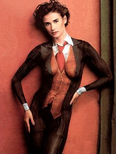 Раздетая Деми Мур в нарисованном костюме фото #1