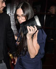 Сосок Деми Мур вылез из платья в West Hollywood фото #2