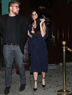 Сосок Деми Мур вылез из платья в West Hollywood фото #4