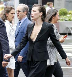 Милла Йовович засветила свой крупный сосок в Нью-Йорке фото #1