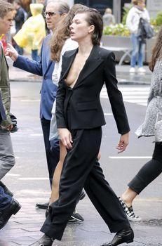 Милла Йовович засветила свой крупный сосок в Нью-Йорке фото #2