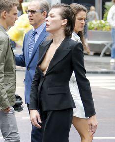 Милла Йовович засветила свой крупный сосок в Нью-Йорке фото #3