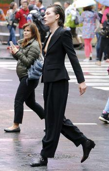 Милла Йовович засветила свой крупный сосок в Нью-Йорке фото #4
