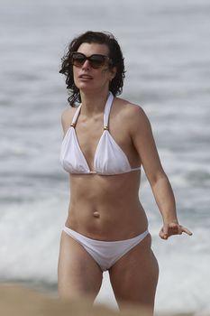 Милла Йовович в бикини на Гавайях фото #2