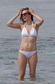 Милла Йовович в бикини на Гавайях фото #4
