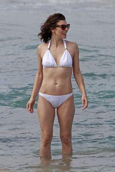 Милла Йовович в бикини на Гавайях фото #5