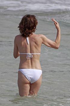 Милла Йовович в бикини на Гавайях фото #7