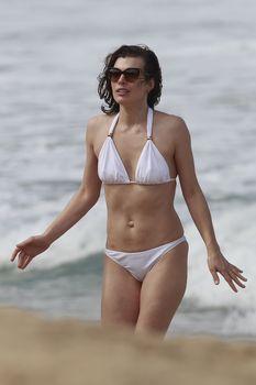 Милла Йовович в бикини на Гавайях фото #8