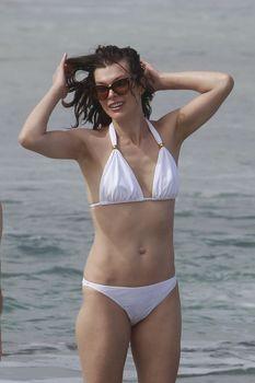 Милла Йовович в бикини на Гавайях фото #9