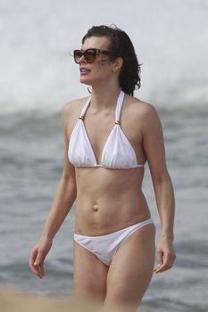 Милла Йовович в бикини на Гавайях фото #12