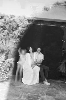 Беременная Милла Йовович в откровенном наряде со своей семьёй фото #1