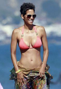 Холли Берри в сексуальном купальнике отдыхает на пляже Малибу фото #1