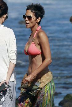 Холли Берри в сексуальном купальнике отдыхает на пляже Малибу фото #3