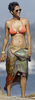Холли Берри в сексуальном купальнике отдыхает на пляже Малибу фото #5