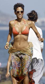 Холли Берри в сексуальном купальнике отдыхает на пляже Малибу фото #6