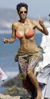 Холли Берри в сексуальном купальнике отдыхает на пляже Малибу фото #7