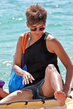 Сексуальная Холли Берри раздвинула ножки в Мауи фото #1